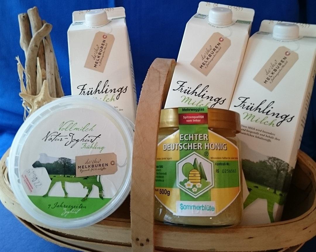 "De wunnerbore Jahreszeiten-Milch vun ""de Öko-Melkburen"",  Joghurt und Bramstedter Bienenhonig hebbt wi ok"