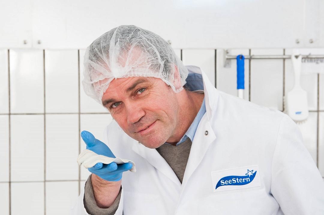 Gerhard Schönau bei der Qualitätskontrolle
